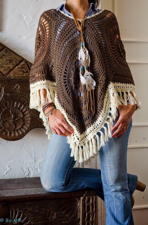 Poncho boho hippie , aux magnifques carrés Granny Géants , orné de bordures et franges blanches , facile à réaliser !