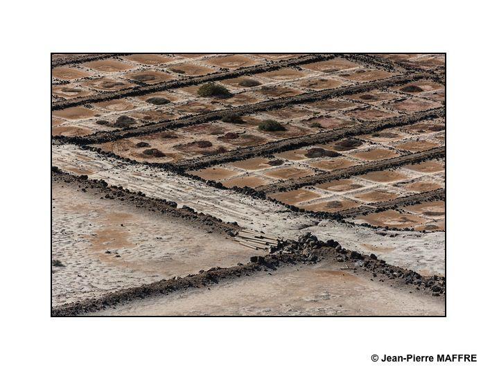 Survoler les marais salants, rien pour le plaisir de s'imprégner de leur géométrique beauté.