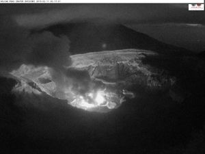Poas - incandescence on 11.02.2019 to 3:53 and5:17 am LT - Ovsicori webcam - one click to enlarge