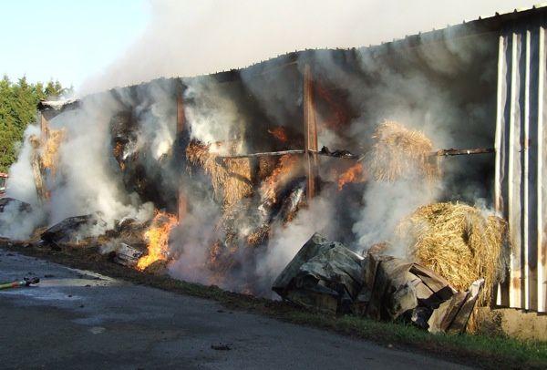 Un incendie a ravagé 150 tonnes de foin dimanche 16 octobre 2011, chez Denis Blusseau, qui doit maintenant trouver une solution pour nourrir ses 50 vaches et 50 veaux et génisses cet hiver (350 bottes de 450 kg, une botte par jour)