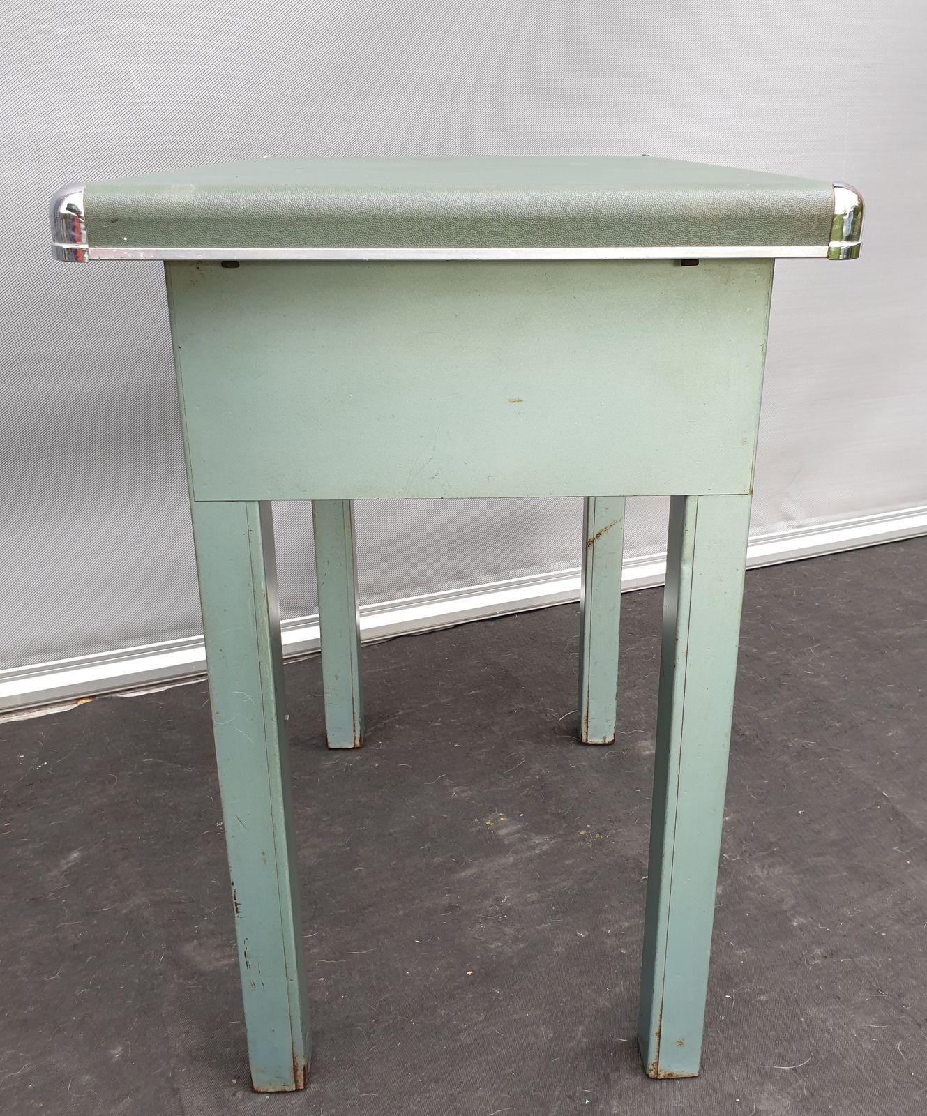 TABLE D'APPOINT 1950 MOLESKINE VERT ANGLES CHROMES - 60 euros