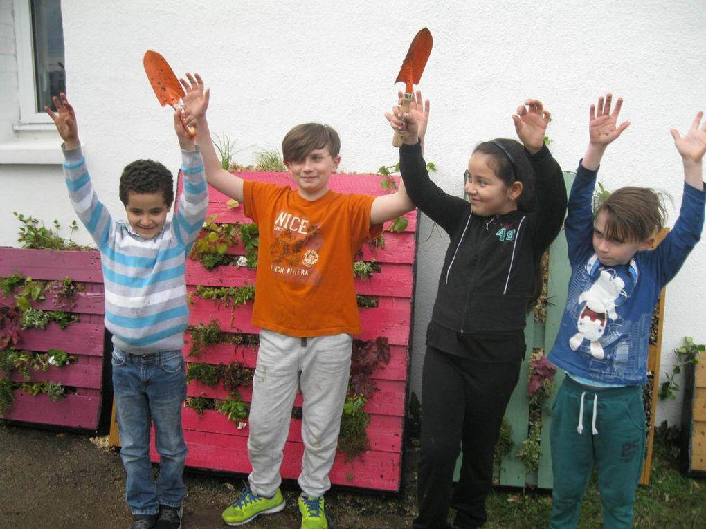 Les enfants de l'Ecoute du Soir (Meriem, Bastien, Benjamin et Adam) ont fleuri les palettes