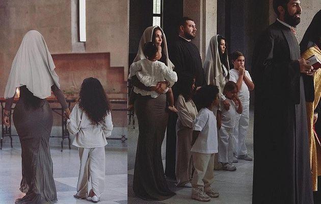Kim Kardashian porte le foulard traditionnel et la robe moulante lorsqu'elle se fait baptiser avec ses enfants en Arménie (Photos)