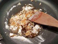 3 - Pendant que le gâteau tiédi, faire chauffer à feu doux dans une casserole la crème fraîche liquide avec la poudre de vanille (ou l'extrait). En même temps réaliser un caramel à sec en mettant le sucre à chauffer dans une poêle. Ne pas remuer au début. Lorsqu'il commence à caraméliser, remuer délicatement jusqu'à obtenir un beau caramel doré. Incorporer la crème liquide en prenant garde aux projections et sans cesser de tourner à la spatule jusqu'à incorporation complète de la crème liquide. Retirer du feu et rajouter le beurre en petits morceaux en continuant de mélanger avec la spatule. Démouler le gâteau sur un plat de service, le napper aussitôt avec une partie de caramel au beurre salé, réserver le reste dans un petit pot. Déguster le gâteau avec une bolée de cidre pour parfaire l'effet normand. (Réchauffer quelques secondes au micro-ondes le caramel versé dans le petit pot si vous ne l'avez pas consommer de suite et s'il est trop solidifié)