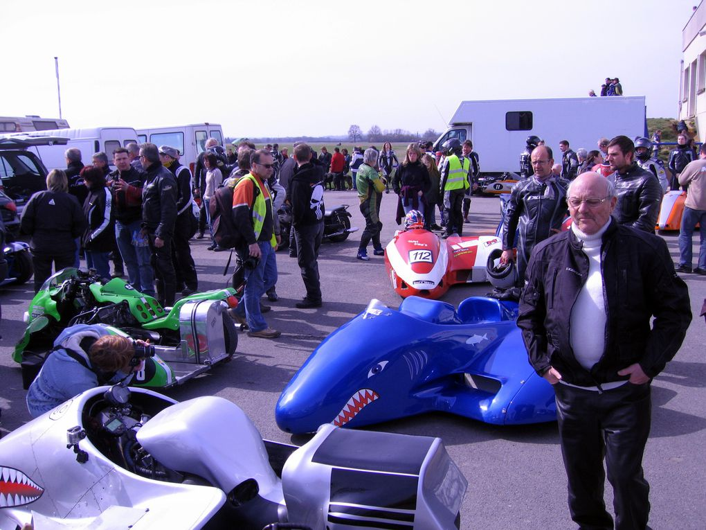 """Side-Car-Party-Lurcy-Levis-2011 Démonstrations side car et moto anciennes decourse avec """"la main au panier"""""""
