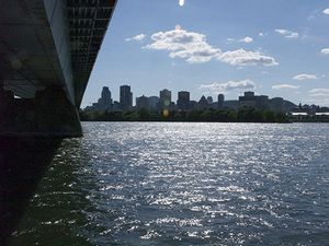 Montreal in the summer time is very pleasant and offers lots of music festivals (here the Piknic Electronik au parc Jean Drapeau and the very busy Jazz festival)