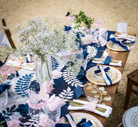 Décorations de mariage bleu marine et rose