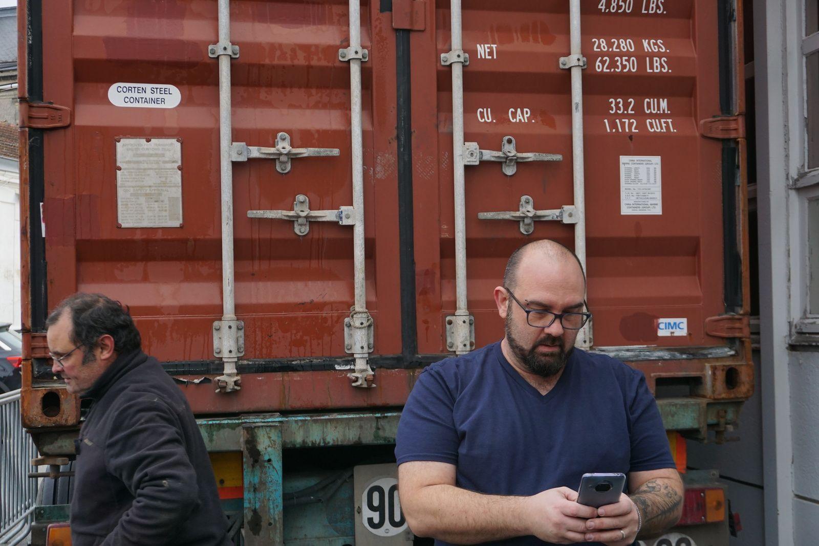 Voilà, le container est plein Direction Dakar  Avec toute l équipe Handteranga des bénévoles par une température glaçante