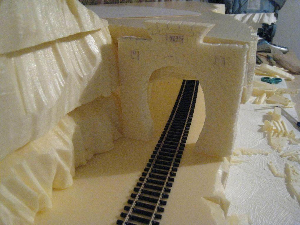 Les montagnes et le tunnel pour le train