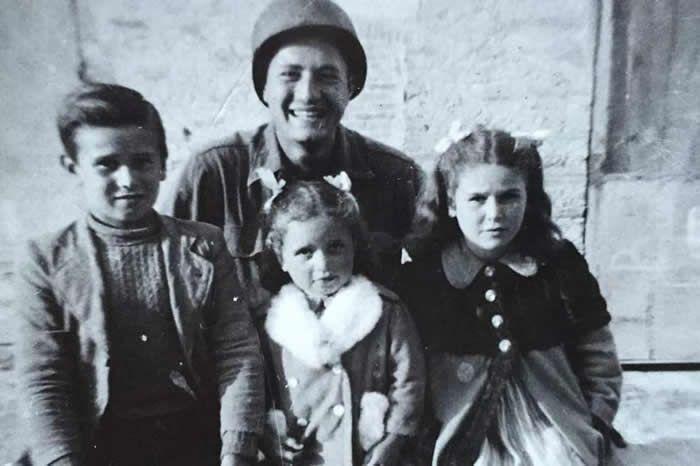 Martin Adler aux côtés de Bruno, Mafalda et Giuliana, en 1944 Crédit : Handout / Matteo Incerti / AFP