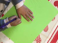On voit Ninette tracer seule le contour de sa main gauche et Loulou l'aider pour celui de sa main droite
