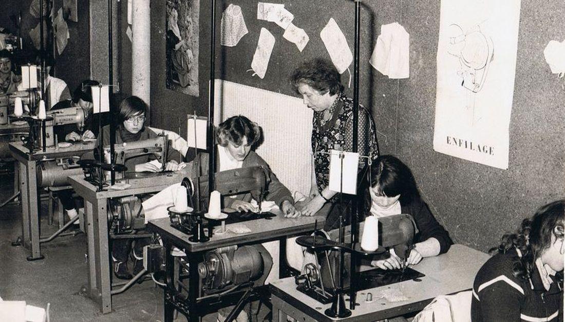 Halluin Centre d'Apprentissage Textile : Mme Desplat  initiant les apprenties à la machine à coudre industrielle.