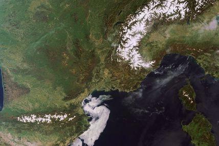 Des conditions anticycloniques sur la France : des températures estivales et un ciel sans nuage vu par le satellite Envisat