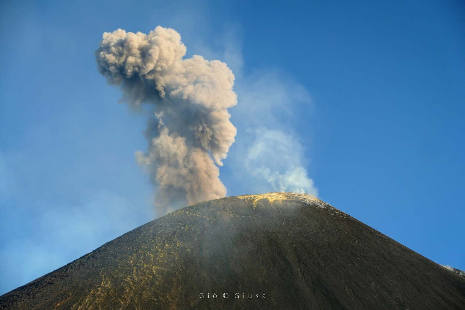 Etna SEC - explosion and puff of ash and gas on 20.10.2021 - photo Gio Giusa