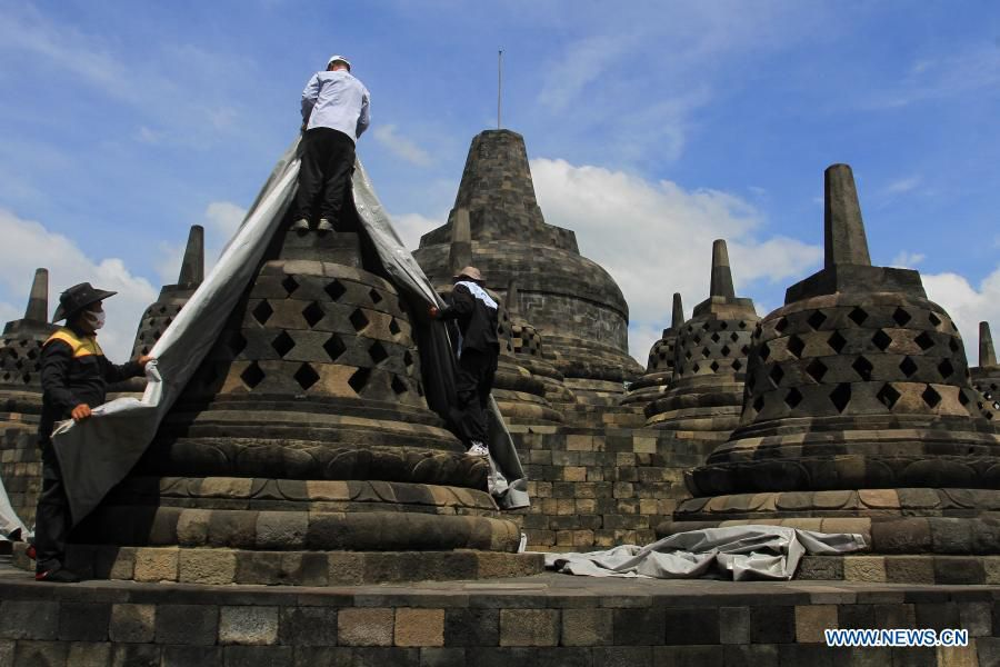 Merapi - protection of the stupas of the temple of Borobodur in view of the fallout of ash from an upcoming eruption of Merapi