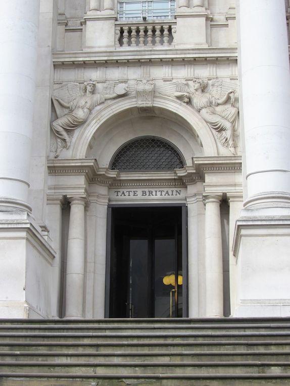 Tate Britain a ouvert ses portes en 1897 sur le site d'une ancienne prison, situé dans le quartier de Millbank. Les expositions d'œuvres d'art de 1545 à nos jours sont gratuites.