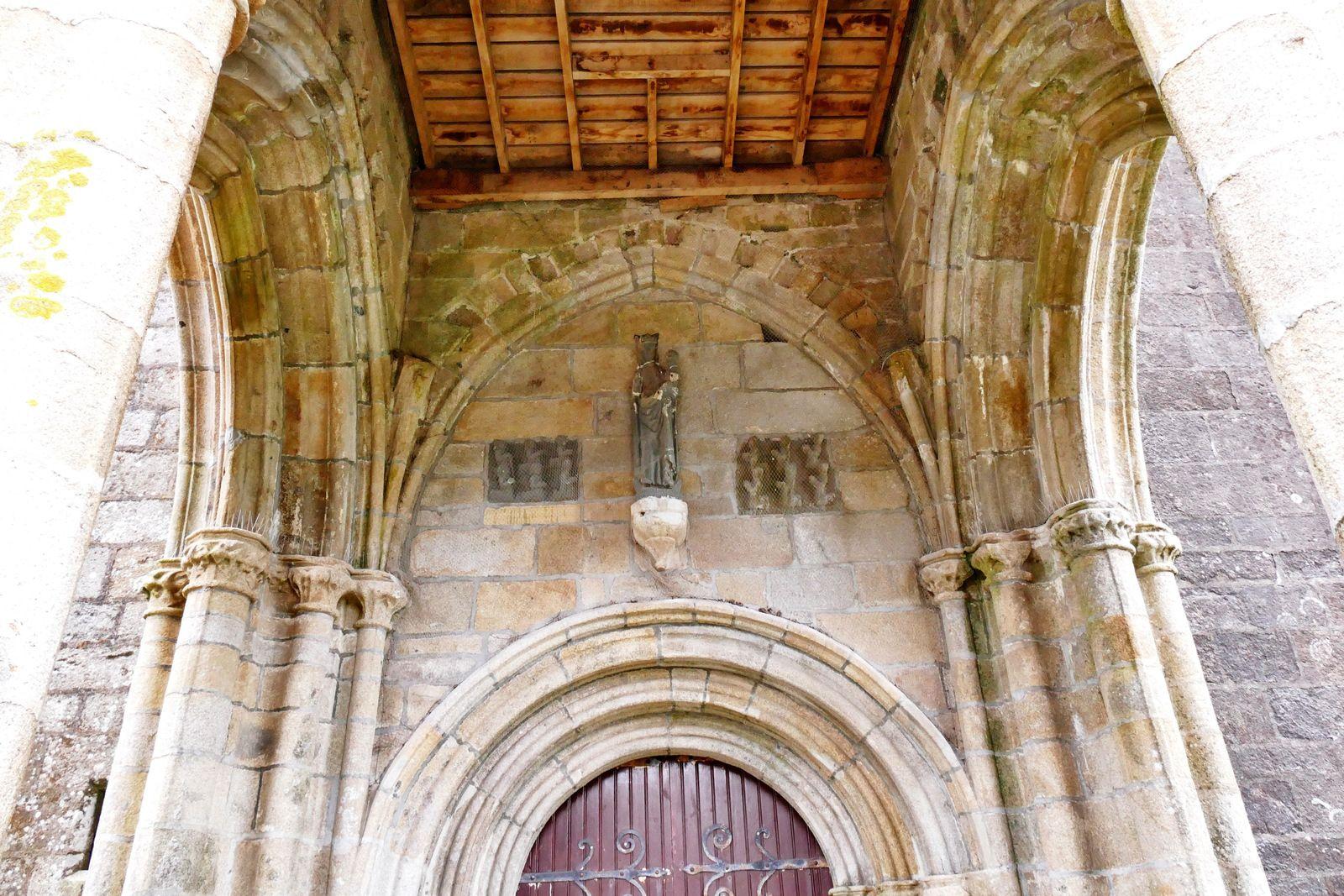 Le porche ouest de la chapelle de Lambader en Plouvorn. Photographie lavieb-aile.