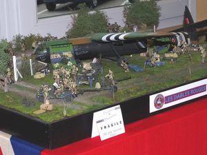 Parmi tous les dioramas présentés par un maquettiste il y avait une scène avec un avion de liaison Piper L-4 et une autre avec un planeur Horsa débarquant ses troupes.