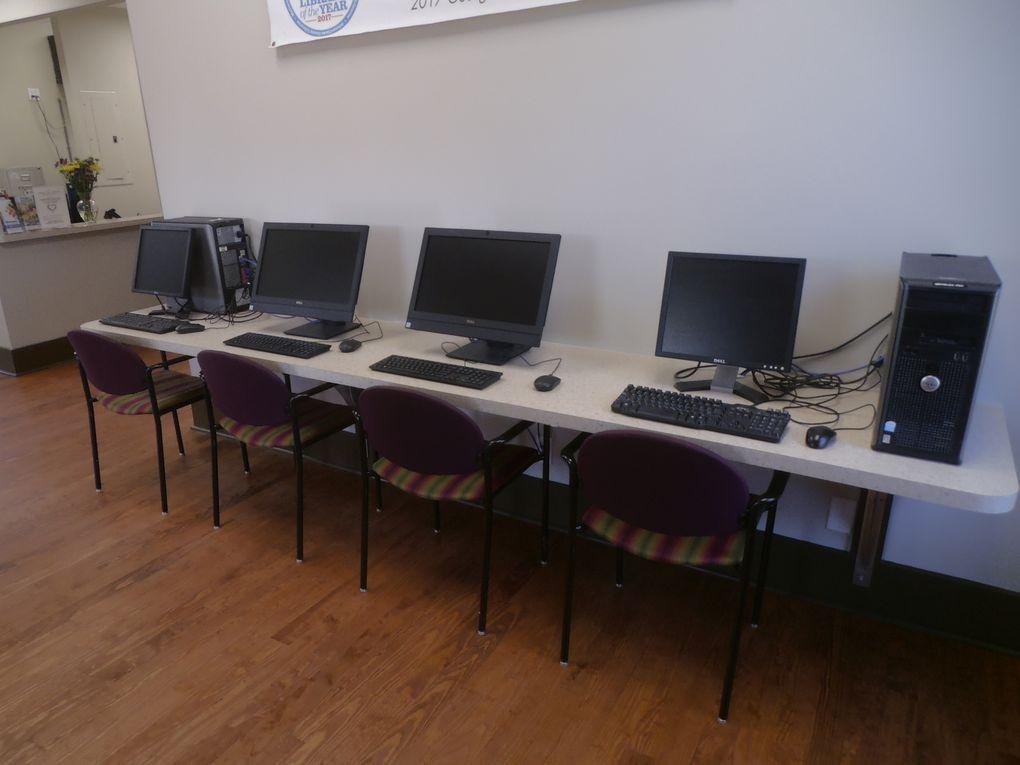 L'intérieur est bien éclairé, les utilisateurs d'ordinateurs disposent d'un espace séparé des lecteurs. Bien sûr, comme dans n'importe quelle inauguration un buffet buvette attendait le visiteur.