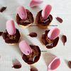 Réinterprétation de la tarte végétale Rose des Sables de Pierre Hermé : pâte sucrée végétale, praliné amande, ganache chocolat au lait à la rose, crème à l'amande, pétales chocolat au lait et chocolat rose Ruby, framboise crispy