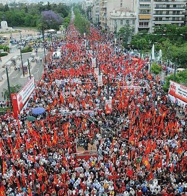 Rassemblement massif de plus de 100 000 manifestants à Athènes à l'appel du PC Grec, samedi 15 mai