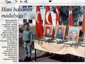 De gauche à droite et de haut en bas: photo Ugur Sevkat, Sabah, 10 octobre 1996; photo non signée, Zaman, 16 octobre 1998; Star, 29 avril 1999; photo Murat Dogan, Sabah, 29 juin 1996.