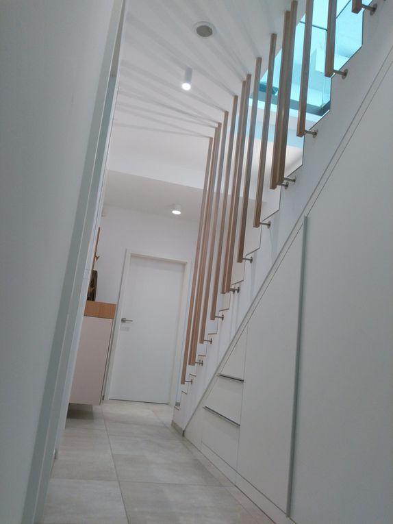 Rampe et garde corps de création unique propre et sur mesure en chêne massif - support inox pour un escalier existant. Finition blanchit léger et vernis PU 2 composants.