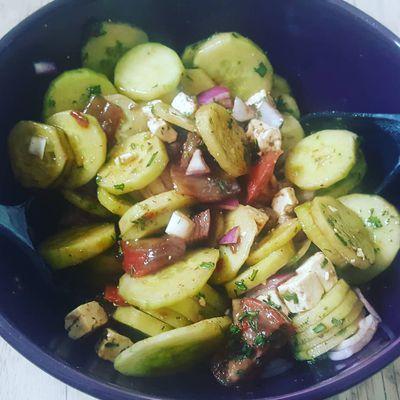 Salade de concombre, tomate noire de Crimée, féta, oignon rouge au vinaigre balsamique