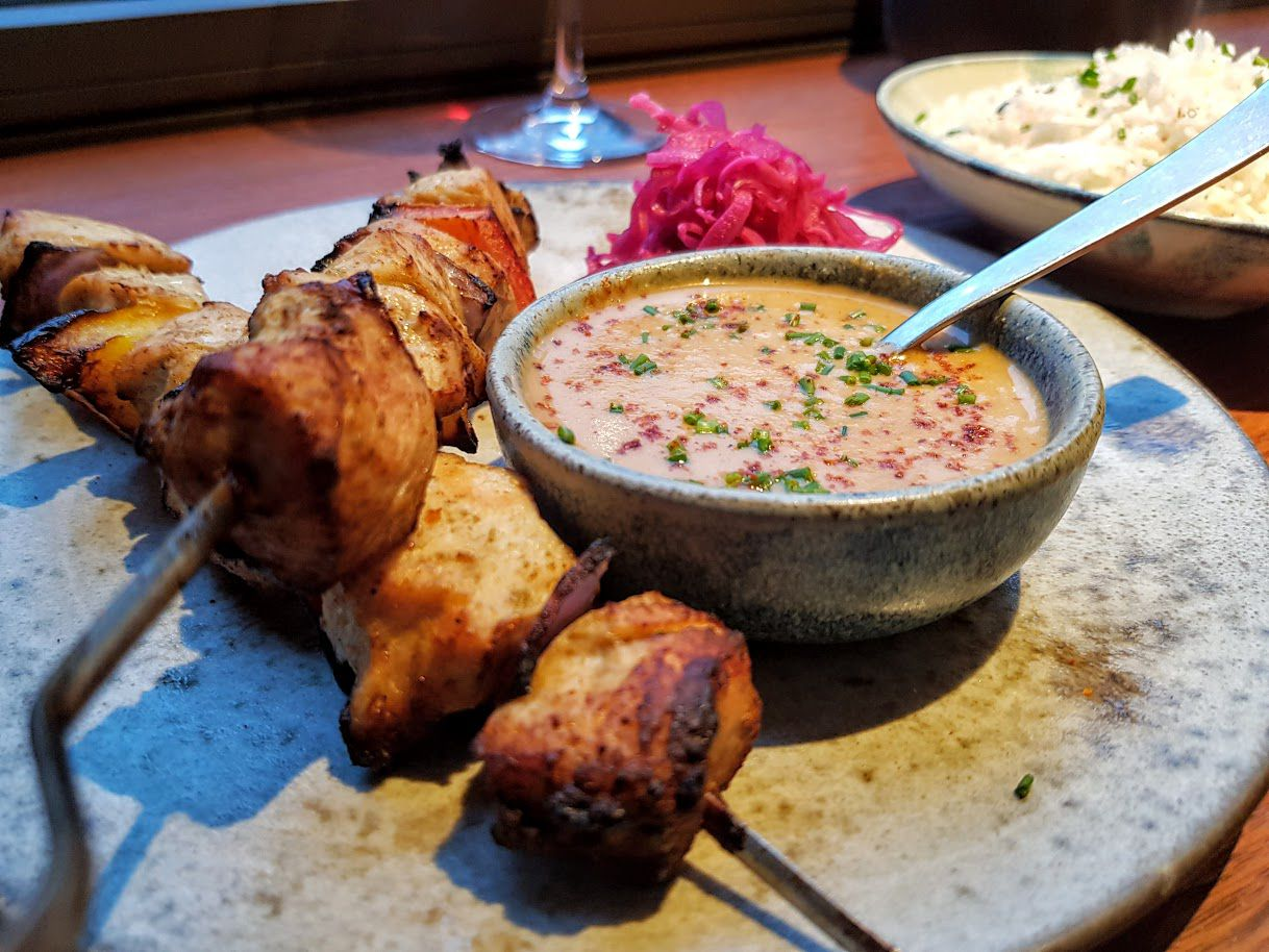 Brochettes de poulet sauce Mafé MAD restaurant Paris 11