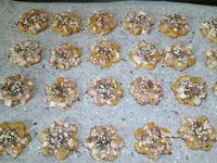2 - Préchauffer le four th 6,5 (200°) en position chaleur tournante. Préparer une plaque allant au four et la couvrir de papier sulfurisé. Sortir la boule de pâte du réfrigérateur et l'étaler sur une feuille en silicone (Silpat) à l'aide d'un rouleau à pâtisserie en recouvrant de papier sulfurisé. Parsemer les échalotes ciselées sur le sablé et tasser légèrement à nouveau avec le rouleau à pâtisserie afin de faire pénétrer l'échalote pour qu'elle adhère bien. A l'aide d'un emporte-pièce (ici de 5 cm de diamètre) et d'une forme de votre choix, découper les sablés à apéritif dans la pâte et les placer sur la plaque allant au four. Parsemer du mélange de graines et enfourner pour 12 mn environ en surveillant et en modulant le temps de cuisson selon l'épaisseur des sablés.